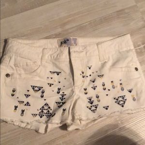 White jean shorts with tribal pattern
